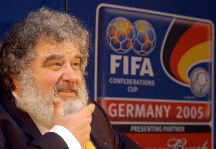 Chuck Blazer (foto) es quien reveló los secretos de la FIFA y que derivó en la detención de varios 'peces gordos' del organismo. Le pagaban 6,000 dólares mensuales por 'limpiar' la casa. (Archivo/The Associated Press)
