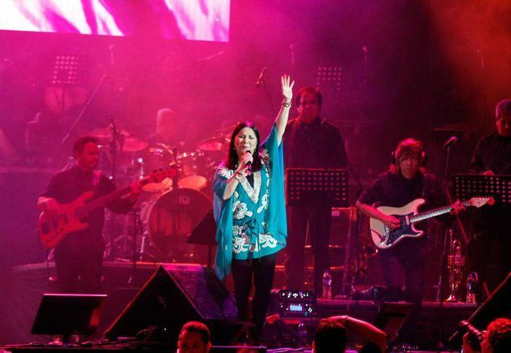 La cantante Ana Gabriel -quien estuvo en Mérida el pasado viernes en un concierto en el Coliseo Yucatán y al que corresponde la imagen- anunció su retiro, durante una presentación en Acapulco. (Christian Ayala/SIPSE)