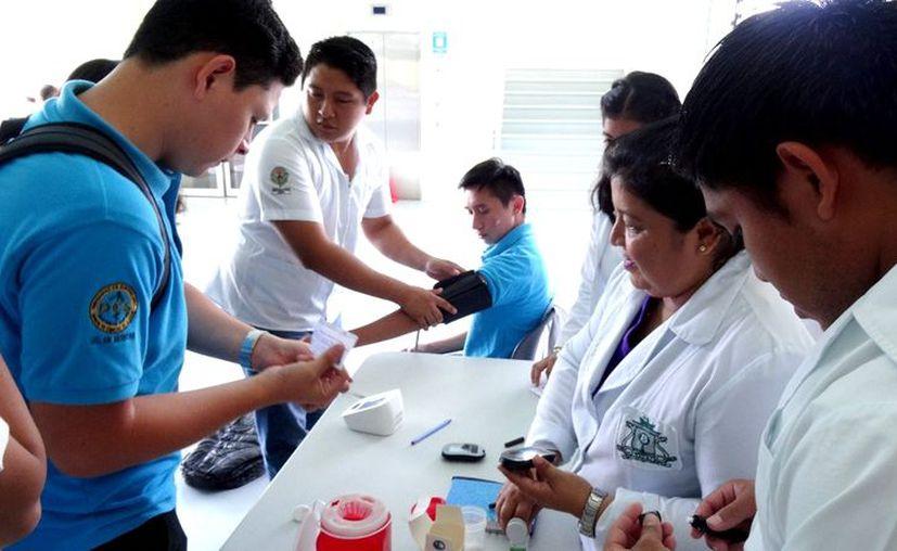 Los estudiantes realizaron pruebas de sangre, de presión, peso y estaturas de las personas. (Joel Zamora/SIPSE)