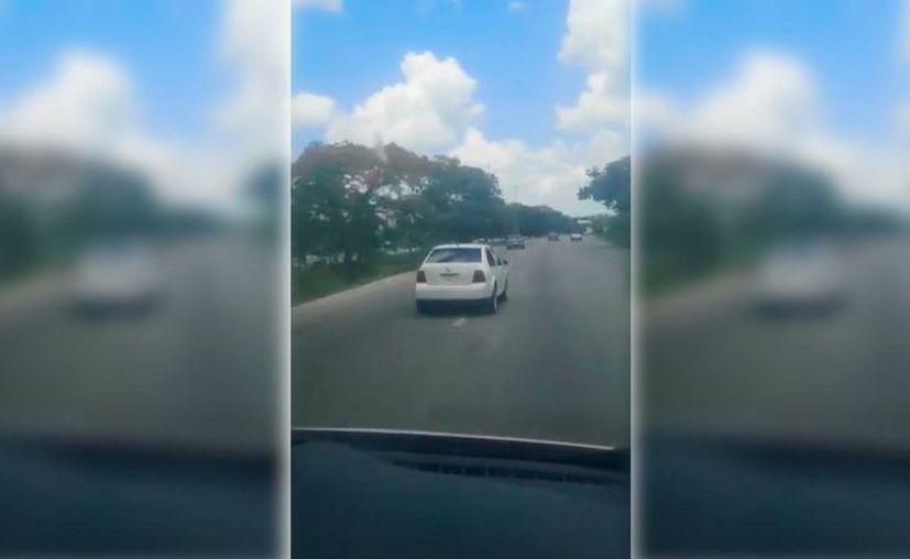 El automovilista cambiaba de carril de forma tan abrupta que pudo haber causado un accidente. (Novedades Yucatán)