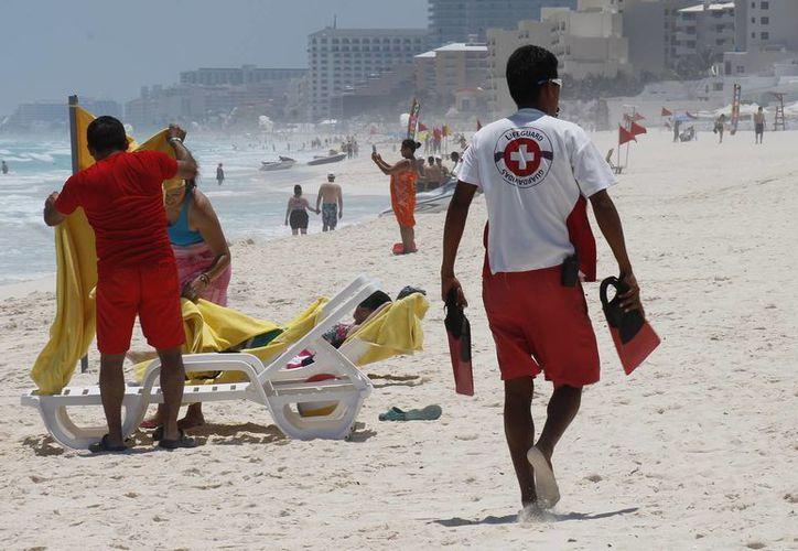 Son 45 salvavidas los que actualmente están ubicados en Cancún desde las 7 hasta las 18 horas. (Jesús Tijerina/SIPSE)