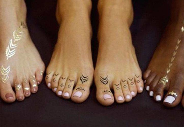 La cantante Rihanna pondrá la venta una colección de tatuajes temporales, similares a los que ella tiene. (excelsior.com.mx)