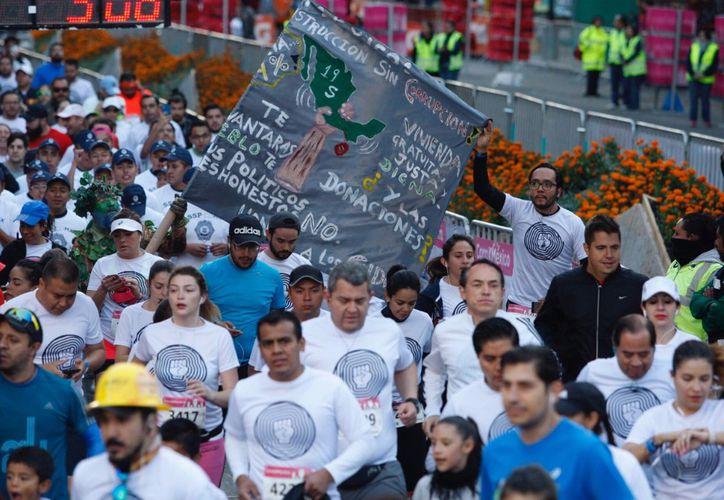 Miguel Ángel Mancera corrió entre la multitud. (La Jornada)