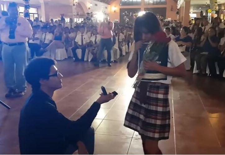 El joven detuvo el protocolo de entrega de papeles para darle el anillo a su novia. (Foto: YouTube)