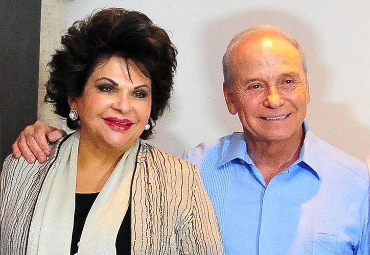 Javier Gándara aceptó públicamente que casas en Estados Unidos y un avión están a nombre de su esposa, Marcela Fernández, quien promueve su altruismo en redes sociales.(contrastesdesonora.mx)