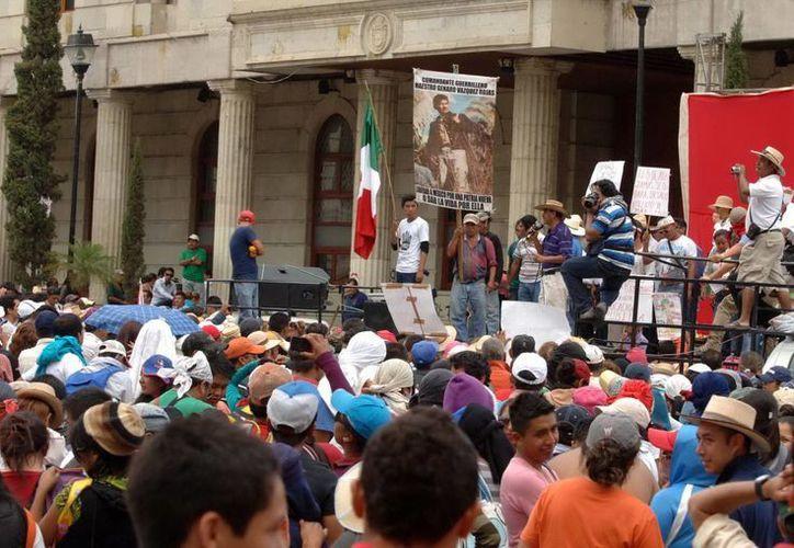 Luego de marchar por las principales calles del Chilpancingo, maestros de la CETEG realizaron un mitin en el zócalo de la ciudad. (Notimex)