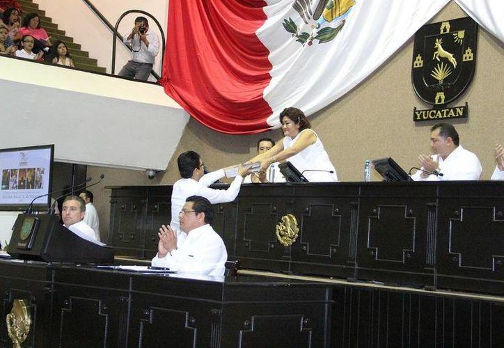El presidente de la Codhey, Jorge Victoria Maldonado, entrega el informe a la presidenta de la Mesa Directiva del Congreso, diputada Flor Díaz Castillo. (SIPSE)