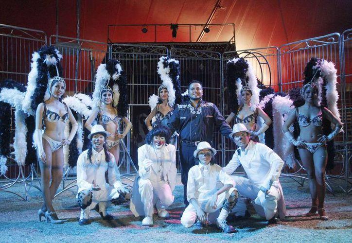 El circo ha tenido muchas evoluciones, pero la aplicación de la ley que prohíbe el uso de animales ha sido la transición más fuerte. Imagen de un grupo de artistas de un circo. (Archivo/SIPSE)