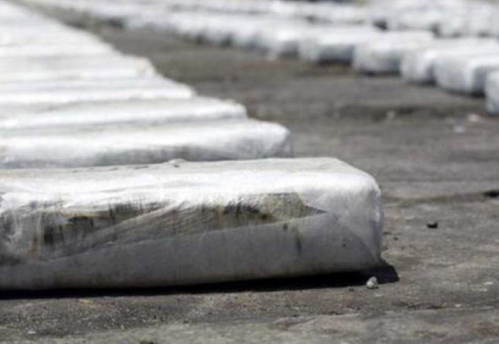 Perú es el primer productor mundial de cocaína, según la agencia antinarcóticos estadounidense, y el segundo cultivador mundial de hoja de coca. Imagen de contexto de paquetes decomisados de cocaína. (Archivo/AP)