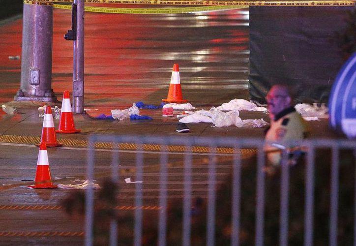 La noche del pasado domingo, una mujer arrolló con su vehículo a decenas de personas que transitaban en una calle de Las Vegas. La tragedia dejó un muerto y abrió una necesidad ciudadana de mejorar las medidas de seguridad en el tránsito de esta ciudad. (AP)