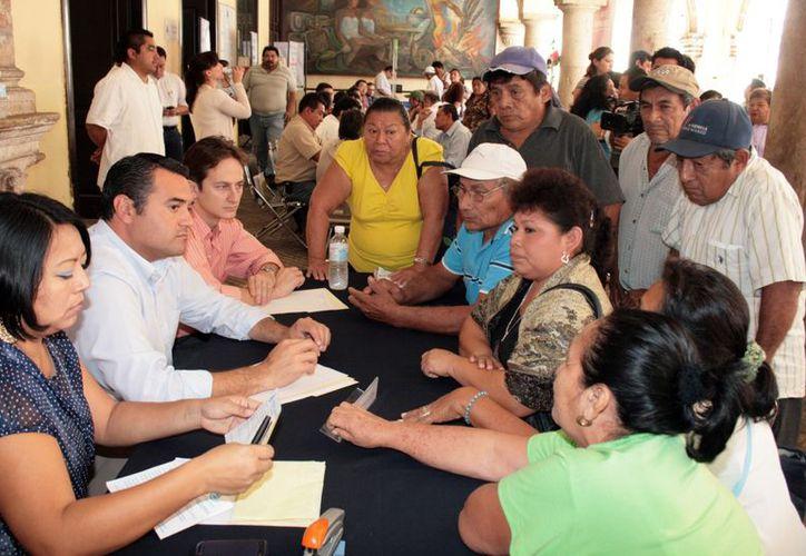 El alcalde Renán Barrera, durante la jornada del Miércoles Ciudadano. (Antonio Sánchez/SIPSE)