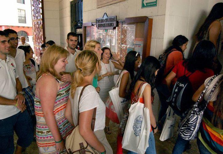 Decenas de estudiantes locales y extranjeros se reunieron en la UADY para conocer con detalle diversos programas de la casa de estudios. (Foto de contexto. Archivo SIPSE)