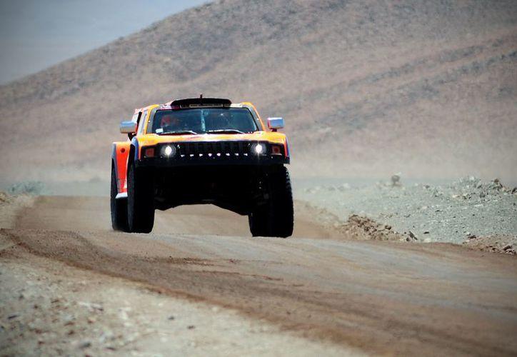 Robbie Gordon, conduce su vehículo, durante la largada de la décimo tercera etapa del rally Dakar. (Foto: EFE)