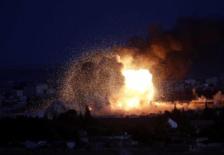 Fotografía tomada el pasado 20 de octubre en la que se registró una explosión tras un bombardeo, efectuado por la coalición internacional, en el enclave kurdo sirio de Kobani, en la frontera con Turquía. (Archivo/EFE)