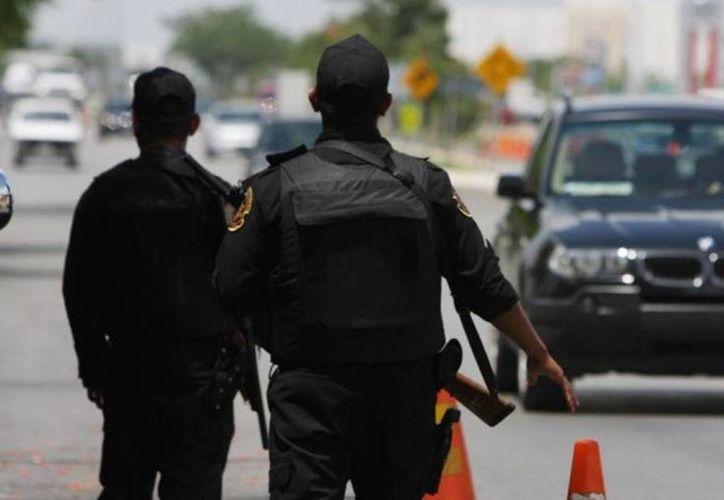 Agentes de la policía, tanto municipales como estatales presentaron un examen de control y confianza aplicado por el Centro Estatal de Evaluación y Control de Confianza en Yucatán. En la imagen un par de policias en un retén de la ciudad. (Archivo/SIPSE)