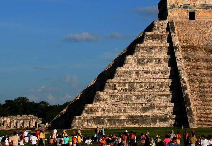 """Según los investigadores,  si lo que se quiere es ver el """"descenso de Kukulcan"""" a través de las sombras de los triángulos escalonados, Chichén Itzá puede visitarse cualquier día. (Archivo/SIPSE)"""
