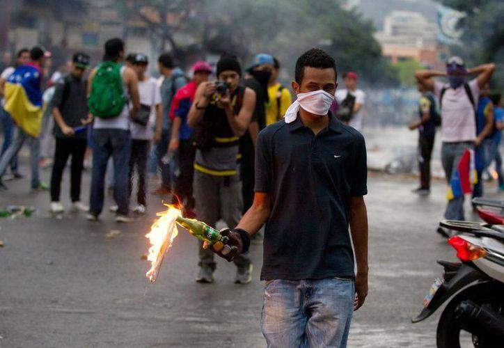 Este jueves miles de personas, chavistas y opositores, marcharon en las calles de Caracas por diversos motivos. (AP)