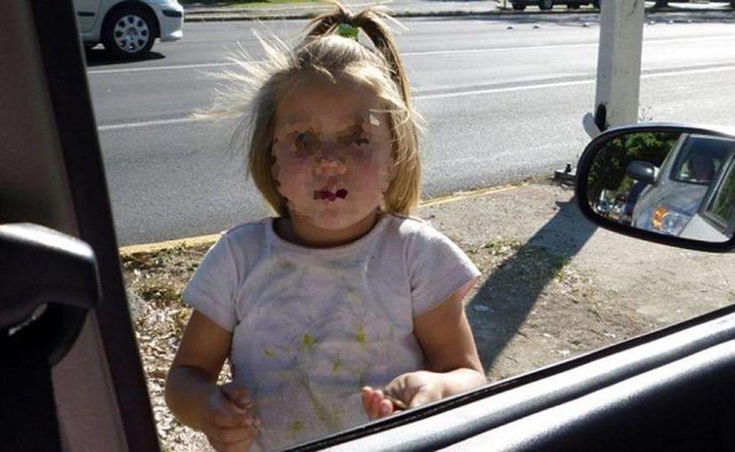 Hace tres años en Guadalajara, un automovilista provocó una tormenta en las redes sociales al publicar una foto de una niña rubia pidiendo limosna, porque la gente pensó que había sido secuestrada y explotada, ya que parece inaceptable que una persona blanca pida dinero en la calle. (politicayestilo.com)