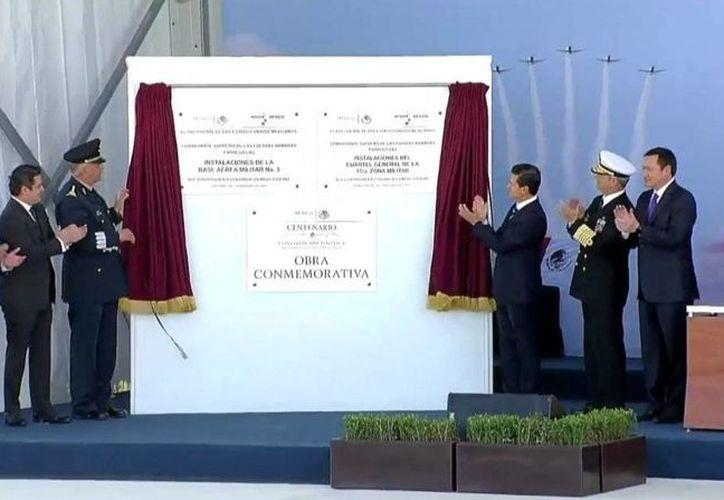 El presidente Enrique Peña Nieto develó la placa inaugural de Instalaciones de la Base Aérea Militar No. 5. en Zapopan, Jalisco. (@PresidenciaMX)