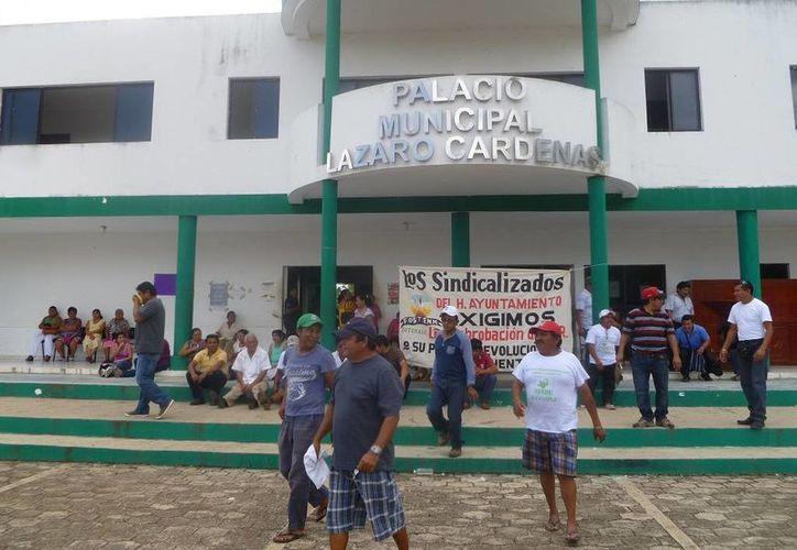 Los empleados del Ayuntamiento se manifestaron en frente del Palacio Municipal. (Raúl Balam/SIPSE)