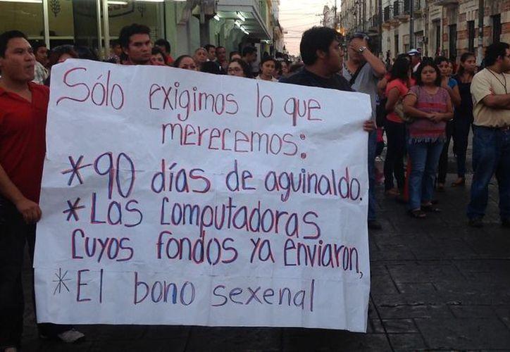 La protesta de los maestros en el centro de Mérida. (David Pompeyo/SIPSE)