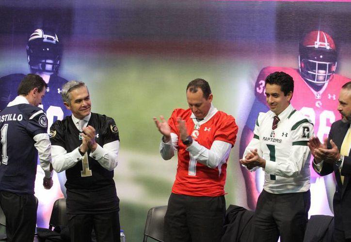 Este martes fue presentada la Liga de Futbol Americano Profesional de México, la cual ofrecerá 300 empleos directos y cuatro mil de manera indirecta. (Notimex)