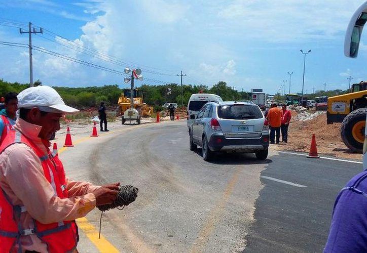 Se habilitaron carriles alternos a la zona afectada por el hundimiento del pavimento. (Daniel Pacheco/SIPSE)