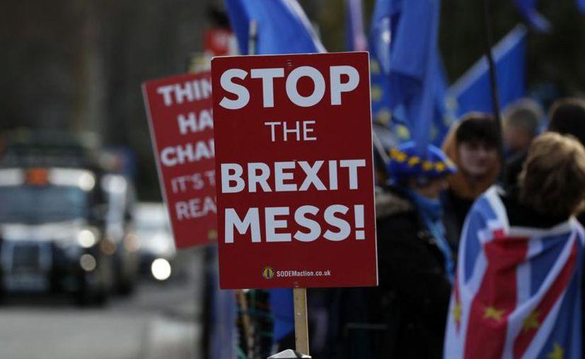 Es poco probable que el Parlamento británico apruebe mañana martes el acuerdo negociado entre Londres y Bruselas. (AP)