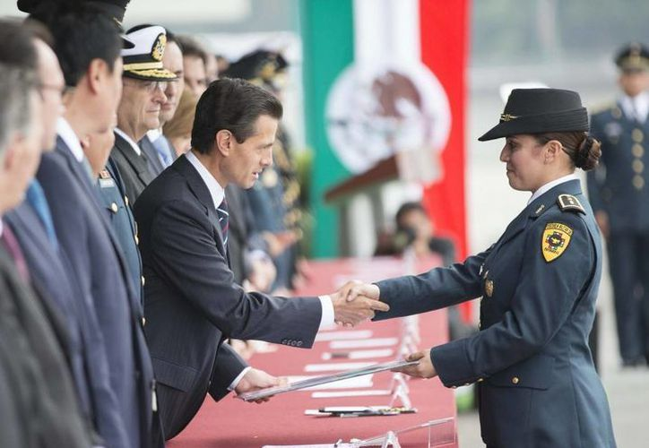 Peña Nieto asistió a la clausura y apertura de cursos de los planteles del Sistema Educativo Militar, acto donde entregó diplomas a los alumnos destacados. (Presidencia)