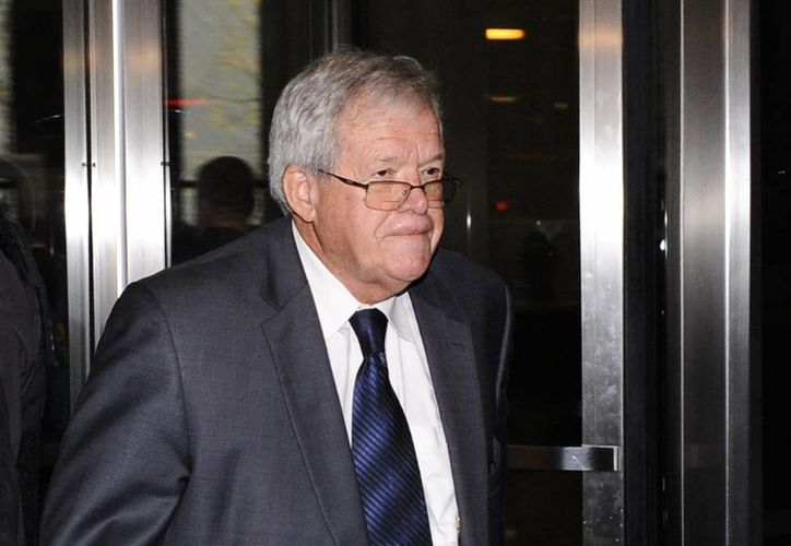 El expresidente de la Cámara de Representantes de EU, Dennis Hastert sale de un tribunal federal el 28 de octubre del 2015, donde se declaró culpable. (AP Photo/Matt Marton)