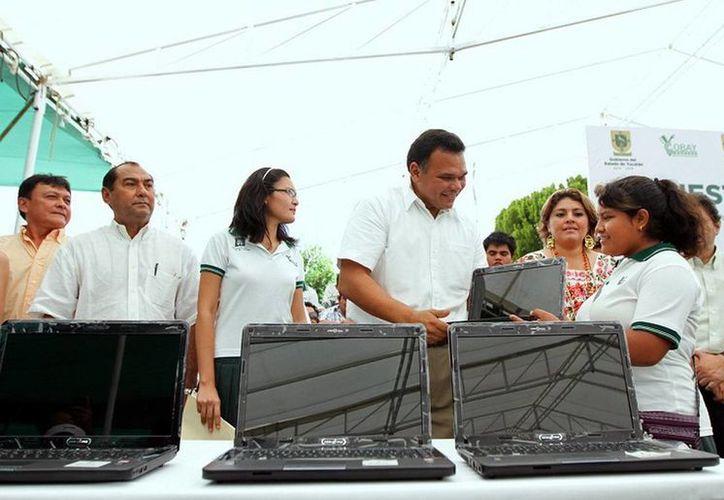 Ayer, el gobernador Rolando Zapata entregó a unos 531 estudiantes de nivel medio superior en condiciones de muy alta, alta y media marginación, computadoras portátiles del programa Bienestar Digital. (Cortesía)