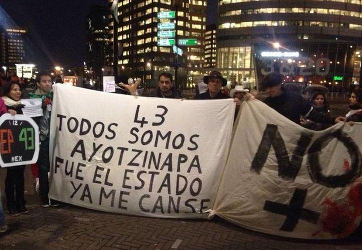 Aficionados que asistieron al partido México vs. Holanda protestaron contra la desaparición de los normalistas de Ayotzinapa. (Twitter/@laaficion)