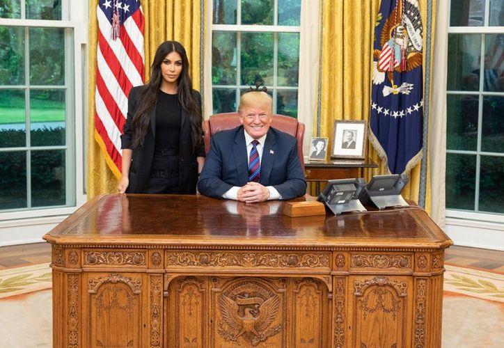 El presidente de Estados Unidos, Donald Trump, cambió la sentencia de cadena perpetua contra Alice Marie Johnson. (Foto: Twitter)