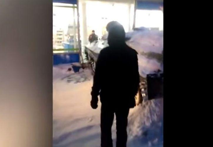 El hombre en aparente estado de ebriedad generó gran desorden en Murmansk, Rusia. (Foto: Radio Agricultura)