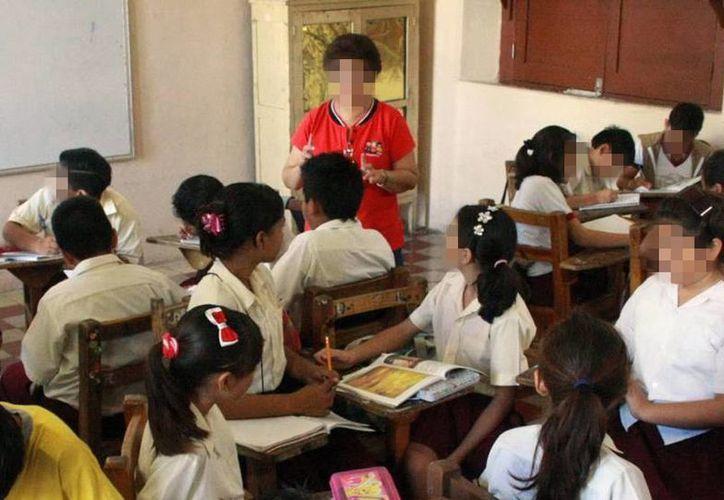 Los profesores comisionados recibirán sus sueldos de las cuotas de los agremiados y de la dirigencia nacional del SNTE. Imagen de contexto de una maestra impartiendo clases en una escuela de Mérida. (Milenio Novedades)