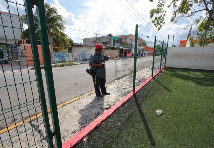 Aproximadamente dos metros de la malla que rodea la cancha de fútbol rápido del parque de la colonia San Gervasio, desaparecieron.  (Gustavo Villegas/SIPSE)