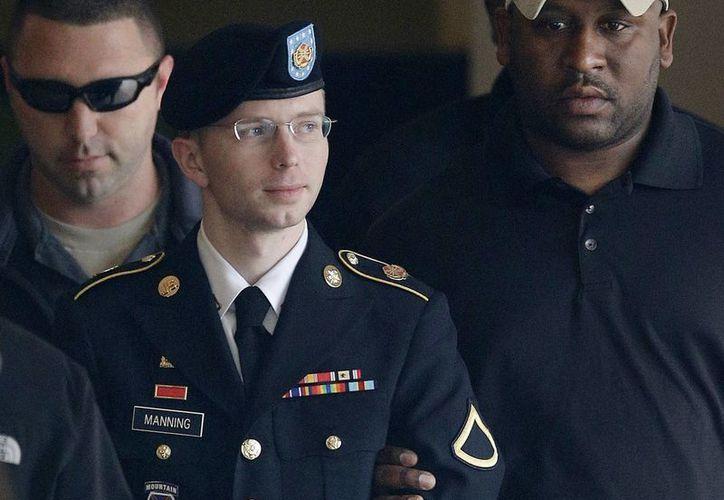 Foto del 20 de agosto de 2013 en la que aparece Manning escoltado afuera de una corte en Fort Meade. (Agencias)