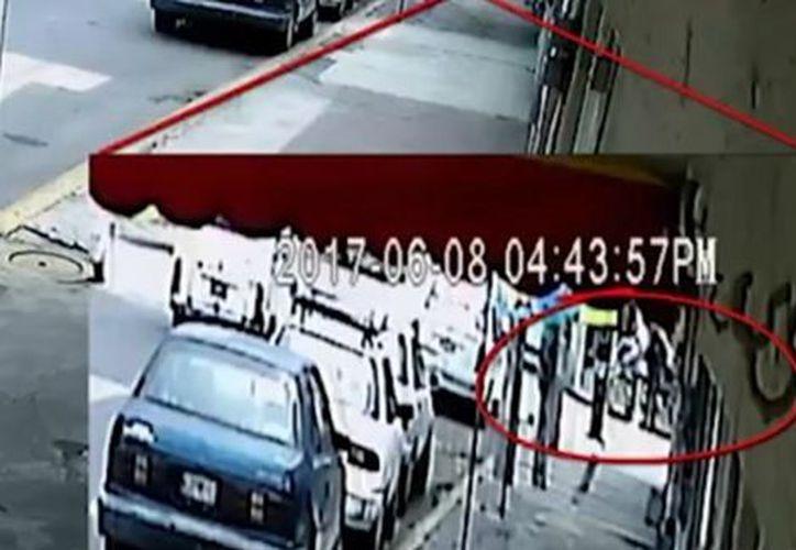 De una bicicleta bajan Valeria y su papá, quien se acerca a la avenida y hace la parada a la combi. La niña sube al vehículo. (Milenio)