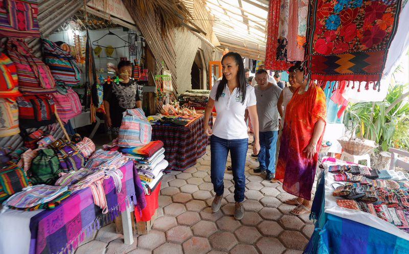 La candidata de la coalición Por Quintana Roo (PRI-PVEM-Panal) a la presidencia municipal, Laura Fernández Piña visitó a los artesanos. (SIPSE)