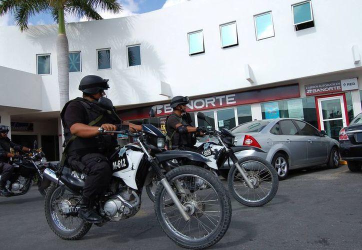 Los elementos policíacos vigilaron las regiones y el centro de la ciudad. (Juan Estrada/SIPSE)