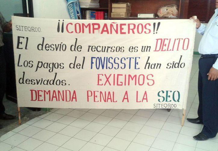 Maestros continúan protestando las afectaciones en su patrimonio. (Tomás Álvarez/SIPSE)
