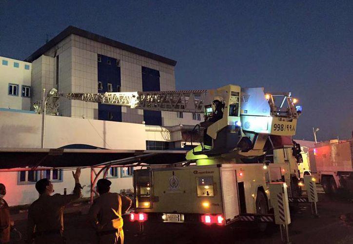 Bomberos controlan el incendio ubicado en la unidad de cuidados intensivos y la sala de maternidad, de un hospital en Jizan ciudad de Arabia Saudita. (AP)