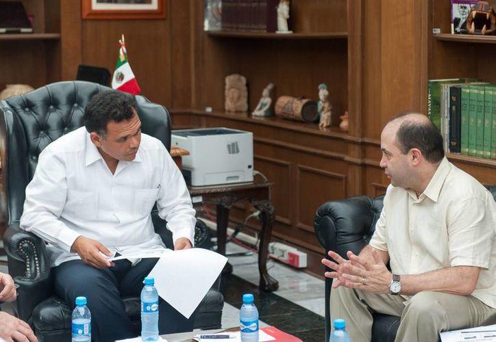 El gobernador Rolando Zapata Bello en la reunión con directivos de  Hewlett Packard México. (Cortesía)