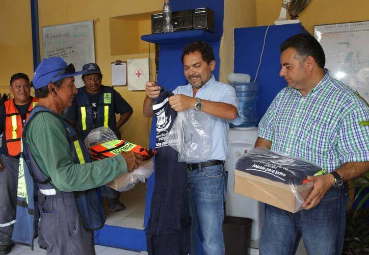 El director de Servicios Públicos Municipales, Roger Echeverría Calero, entregó prendas de trabajo al personal de Aseo Urbano que atiende el primer cuadro de la ciudad. (Cortesía)
