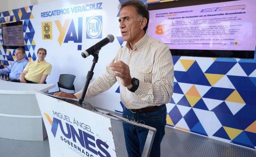 Miguel Ángel Yunes, gobernador de Veracruz, dijo que su antecesor Javier Duarte debería entregarse pues 'no va a poder huir el resto de su vida'. (Foto de archivo de Notimex)
