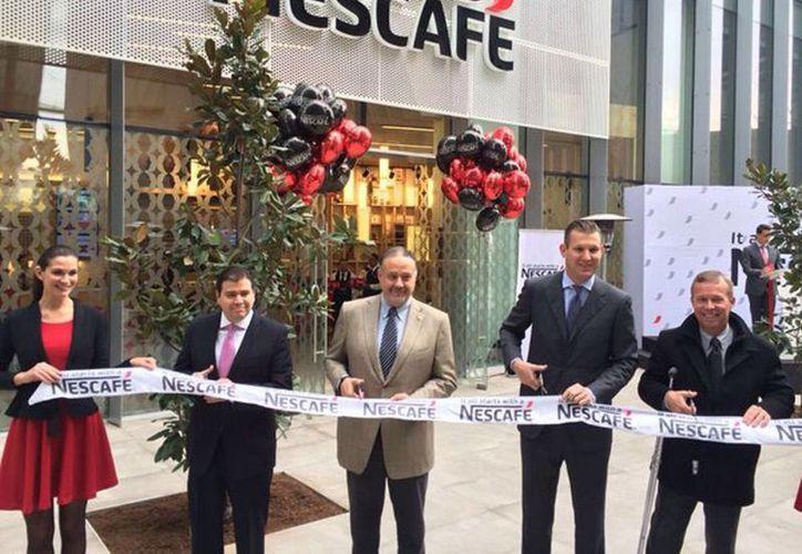 Fotografía del corte de listón del nuevo Nescafé Store en Polanco. Esperan abrir hasta 15 coffee corners en este año. (@NescafeMX)