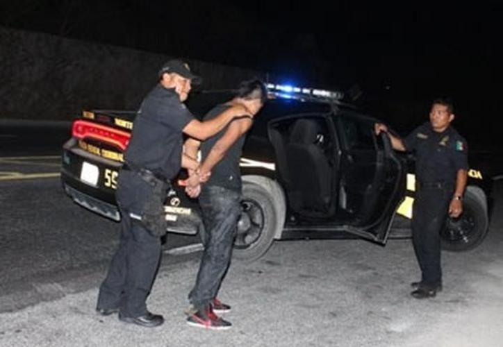 Por andar fumando mariguana en la vía pública, la Policía pudo poner tras las rejas a cuatro ladronzuelos. (Foto contexto SIPSE)