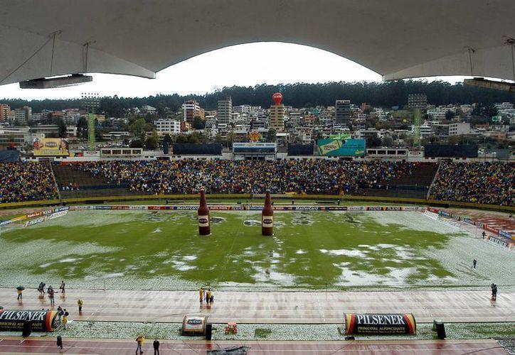 Vista panorámica del estadio olímpico Atahualpa, en Quito, luego de que cayera una fuerte lluvia con granizo. (EFE/Archivo)