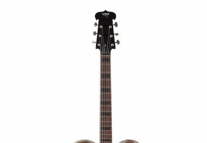 La Casa de Subastas Julien's tratará de conseguir 300 mil dólares por esta guitarra que tocaron John Lennon y George Harrison, a finales de los años 60. (EFE)