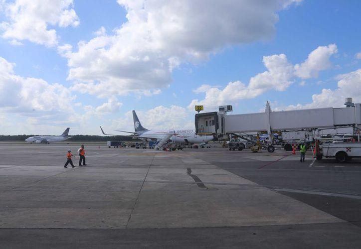 El Aeropuerto Internacional de Cancún reportó 460 operaciones programadas ayer. (Israel Leal)